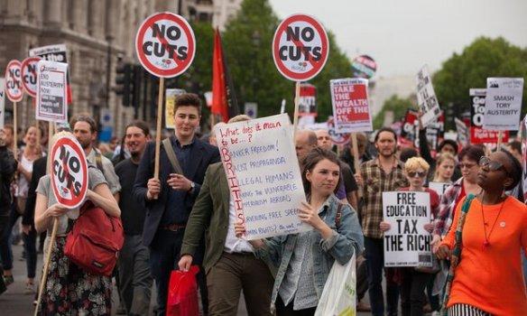 women.protest.cuts.b4865baf-a7bc-465d-9c63-332b8d07b28b-2060x1236